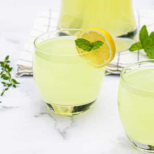 2 cups of fresh lemonade with mint