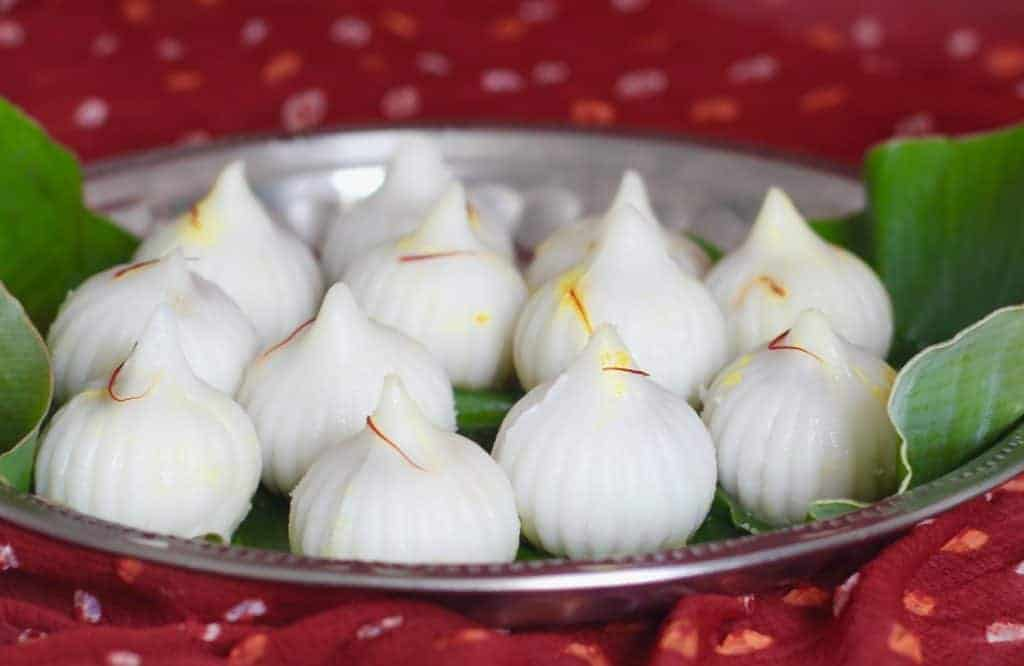 modak served in banana leaf