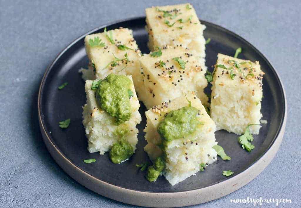 rava dhokla served with green chutney