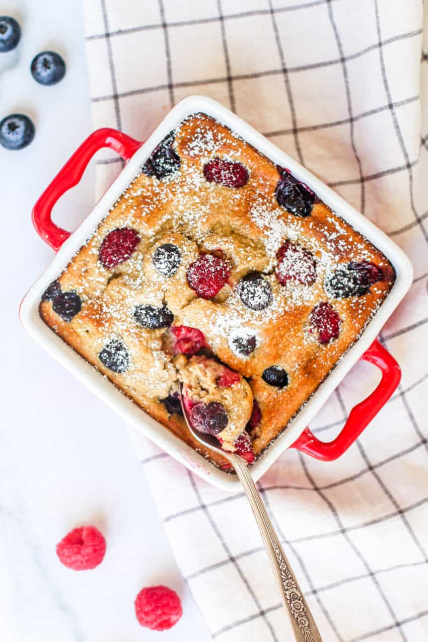 baked oats with bananas and berries